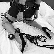Портупея на ноги - гартеры и наручники набор портупея на руки и ноги черная из эко-кожи