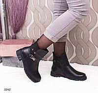 Женские черные кожаные низкие зимние ботинки на молнии с декоративными ремешками