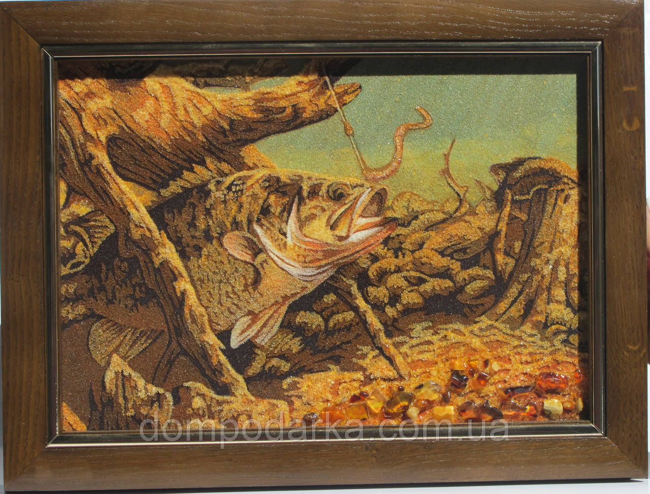 "Картина из янтарной крошки ""Рыба и червяк"" 20х30 см"