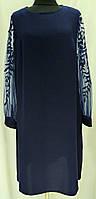 Платье темно-синее свободного кроя с узорами на рукаве