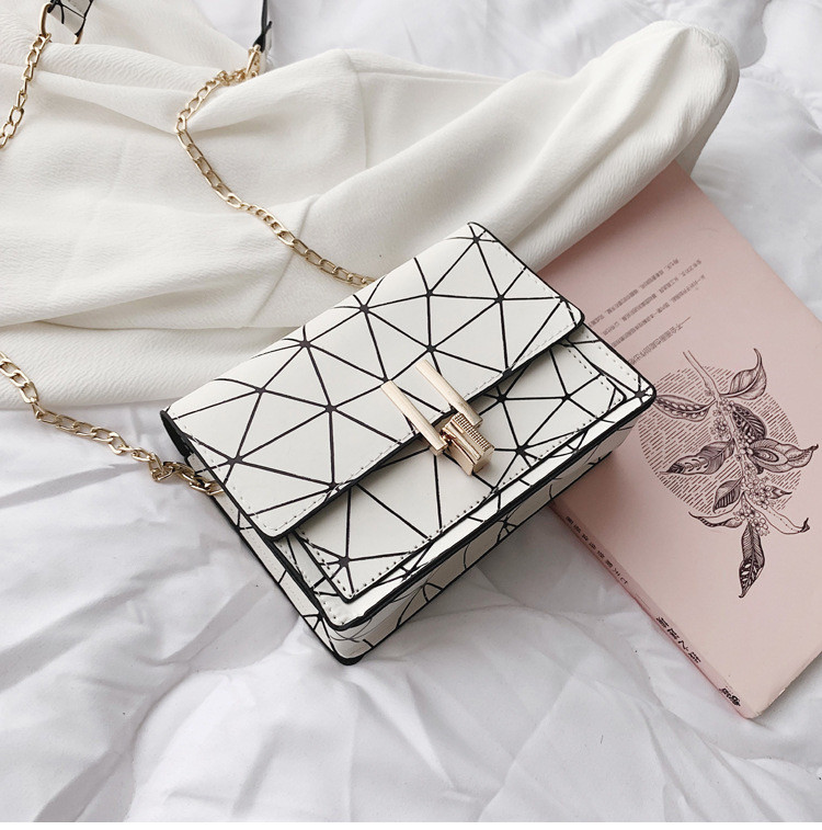 Женская классическая черная сумочка на цепочке клатч белая