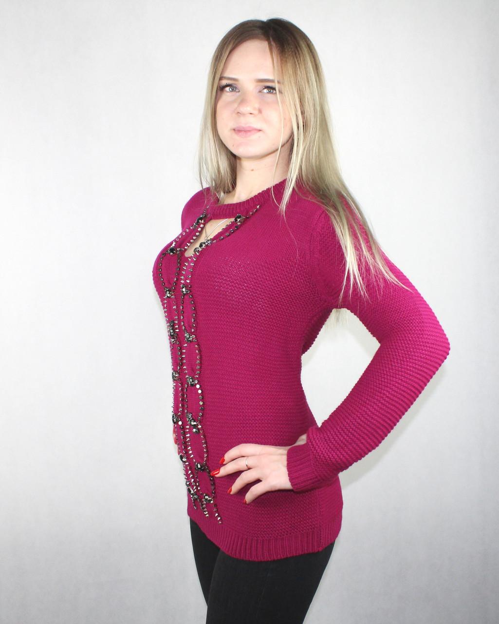 Женский вязаный свитер с вырезом декольте темно-малинового цвета