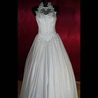 Нарядное женское  платье белого цвета.