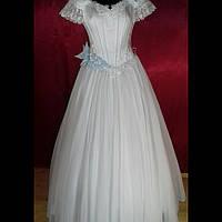 Платье нарядное женское белого цвета с голубыми деталями.