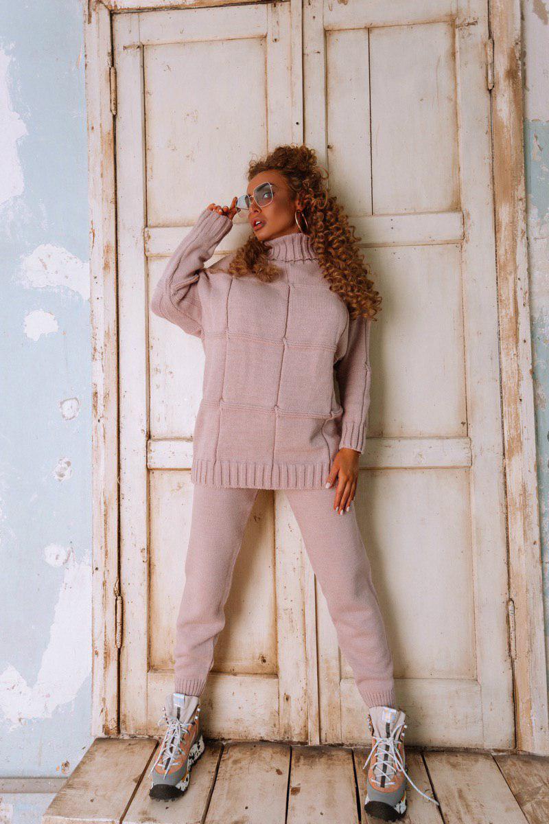 Женский вязаный брючный костюм с удлиненной кофтой и воротником 18ks279