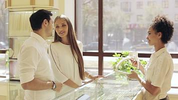 Как выбрать ювелирный подарок для женщин?