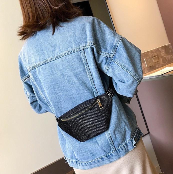 Женская маленькая классическая бананка блестящая поясная сумочка черная