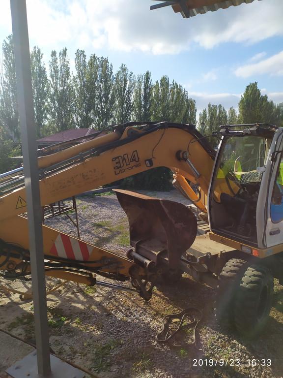 Производство и замена лобового стекла триплекс на экскаваторе Liebherr 314  в Никополе (Украина).