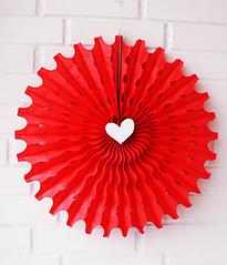 Бумажный веер с сердечком (35 см.)