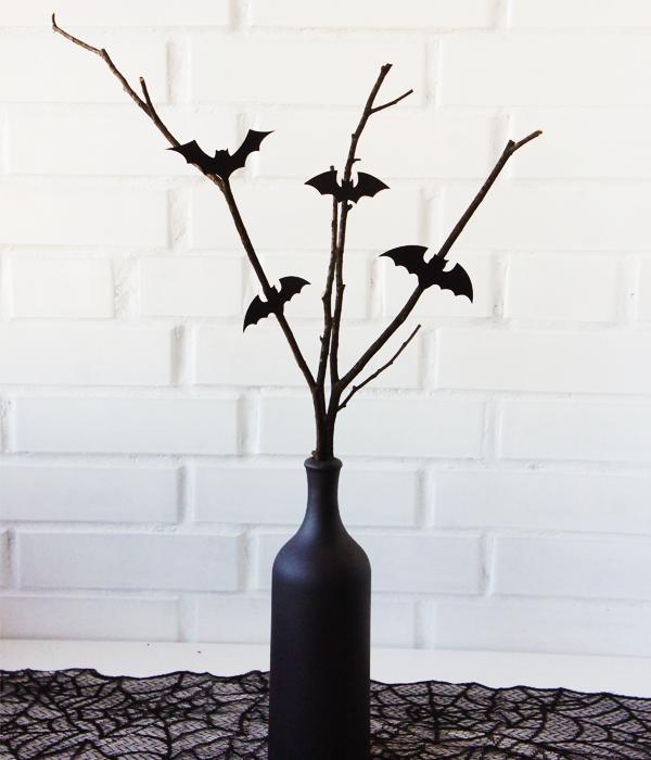 Декор на Хэллоуин - бутылка с ветками и летучими мышами