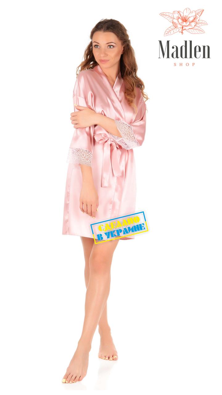 Розовый атласный халат с кружевами
