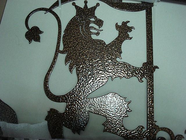 Флюгер ветроуказатель Лев с флагом из металла для крыши. Подарок мужчине для загородного дома