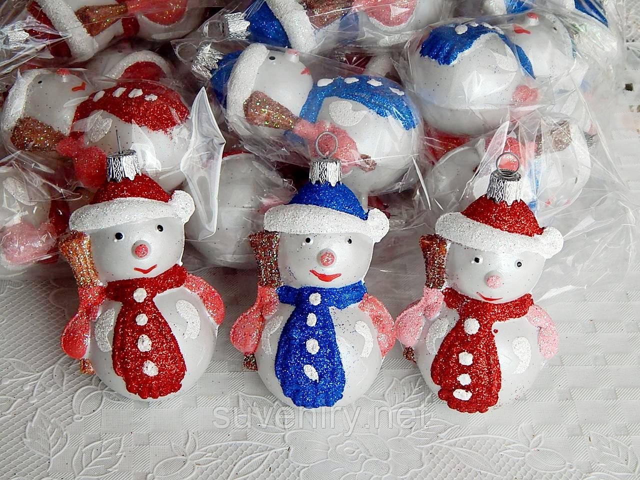 Новорічна іграшка на ялинку сніговик