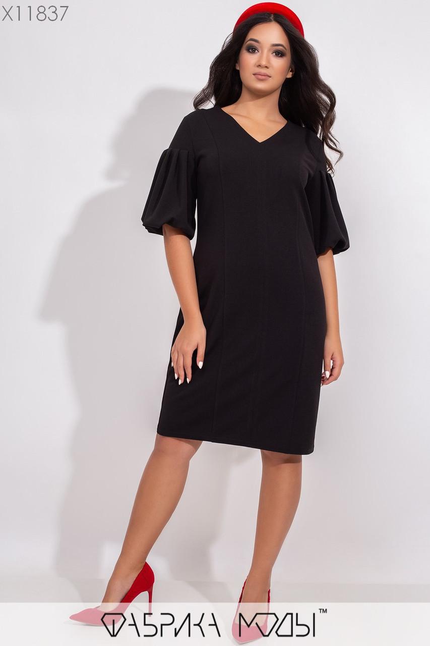 Платье облегающего силута с V-образным вырезом, короткими рукавами объемный фонарик и фигурными продольными выточками по всей длине X11837