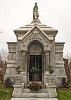 Памятники из резьбой и колонами
