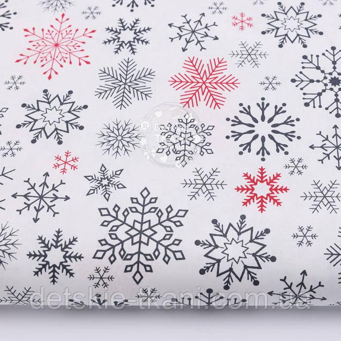 """Тканина новорічна """"Парад сніжинок"""" графітові, червоні на білому №2487"""