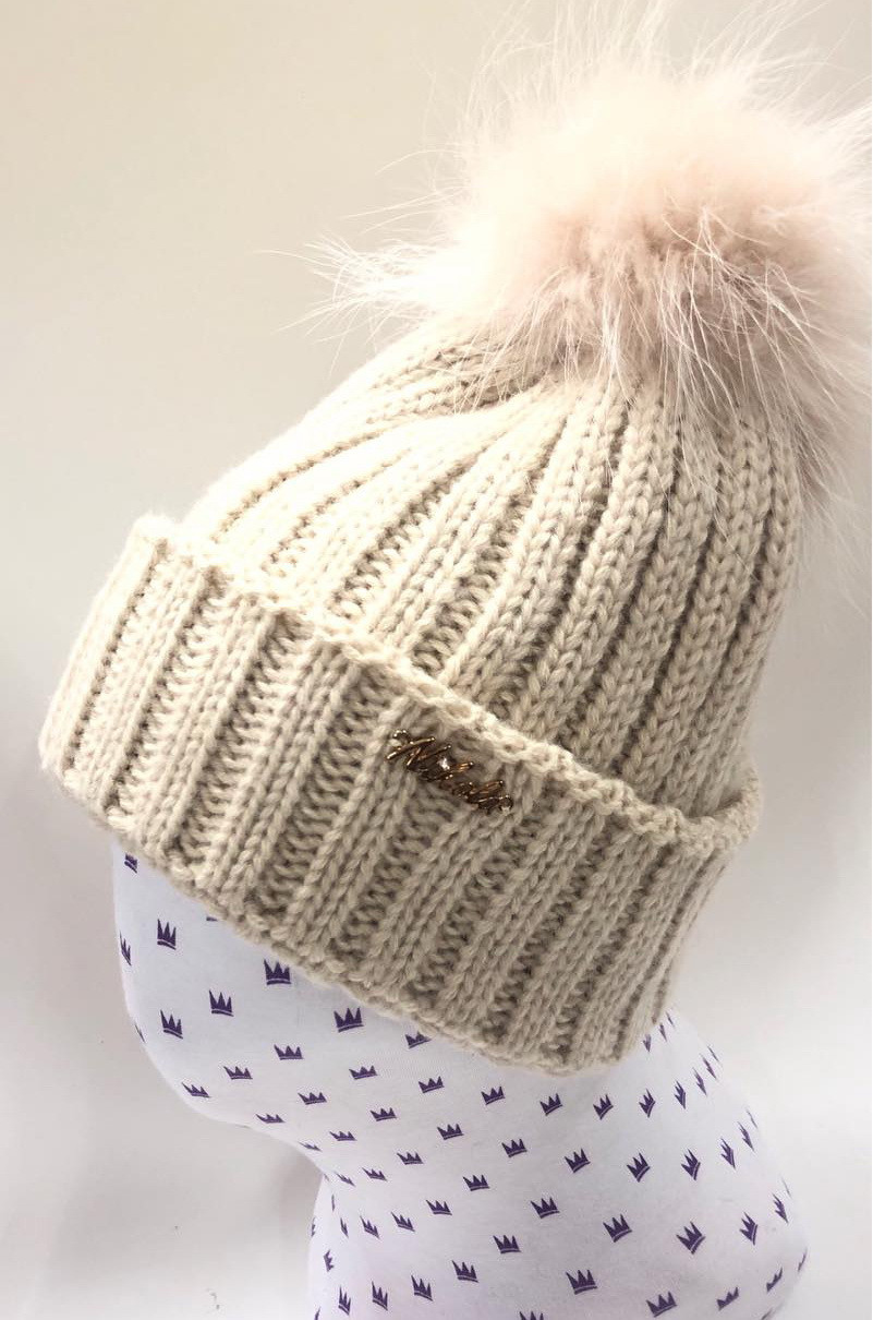 Детская практичная и теплая вязанная шапочка с меховым помпоном
