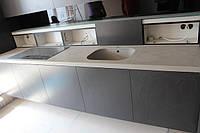 Кухня в стиле хай тек (High-Tech) со столешницей из кварца