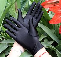 Атласные короткие перчатки. Размер универсальный. Черные.