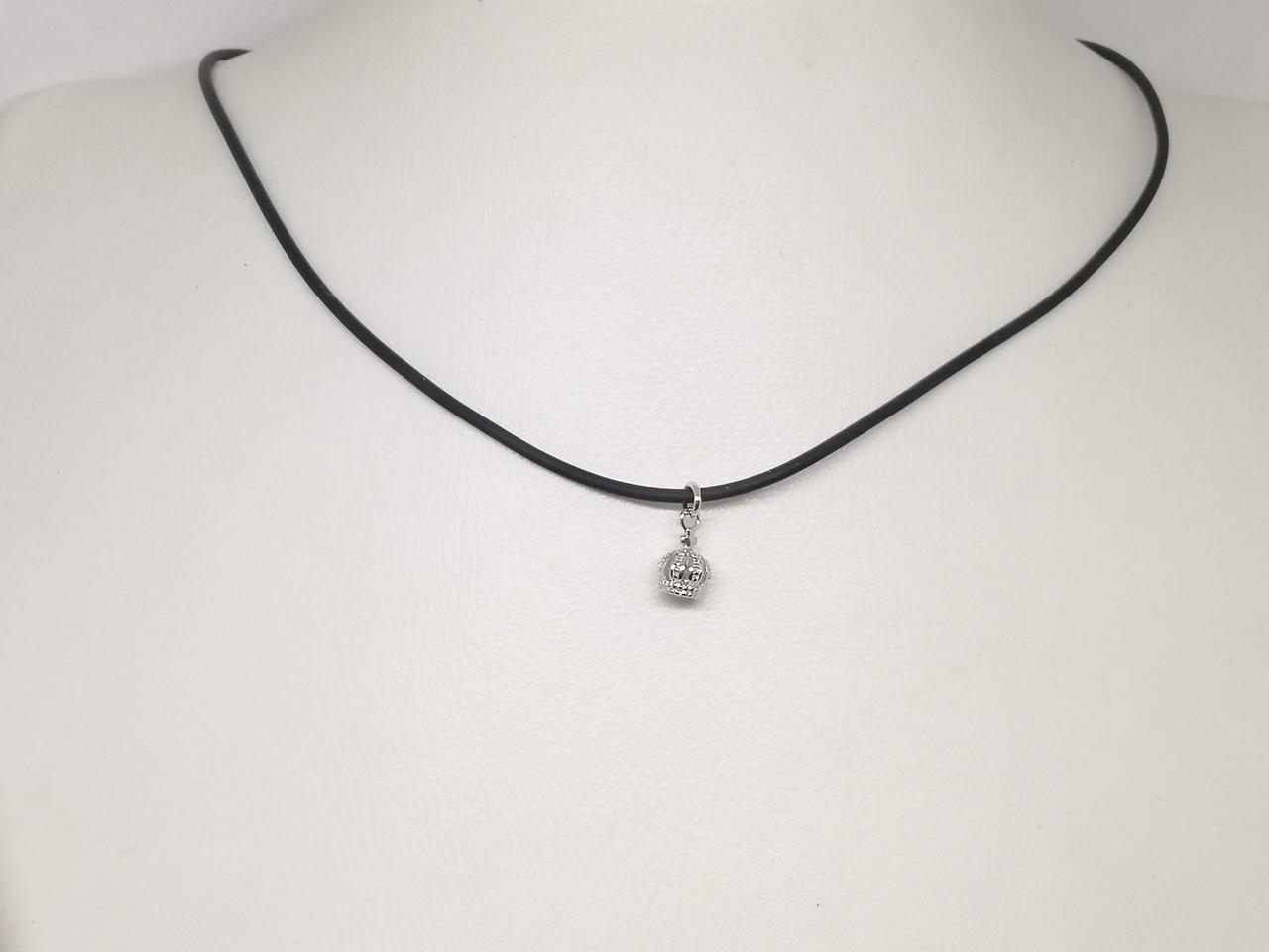 Колье из каучука с серебряными вставками. Артикул КЛ2/903