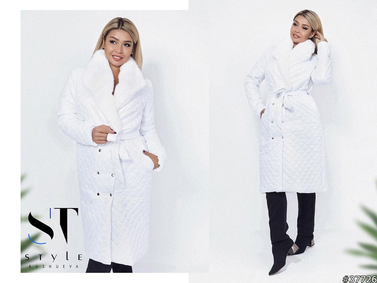 Стильное осеннее теплое пальто с меховым воротником стеганное в ромбик с поясом