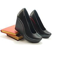Классические женские туфли на средней платформе танкетке из натуральной кожи или замша черного цвета.