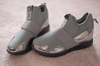Женские кроссовки сникерсы серого цвета с резинкой и лаковыми вставками Италия 36-39