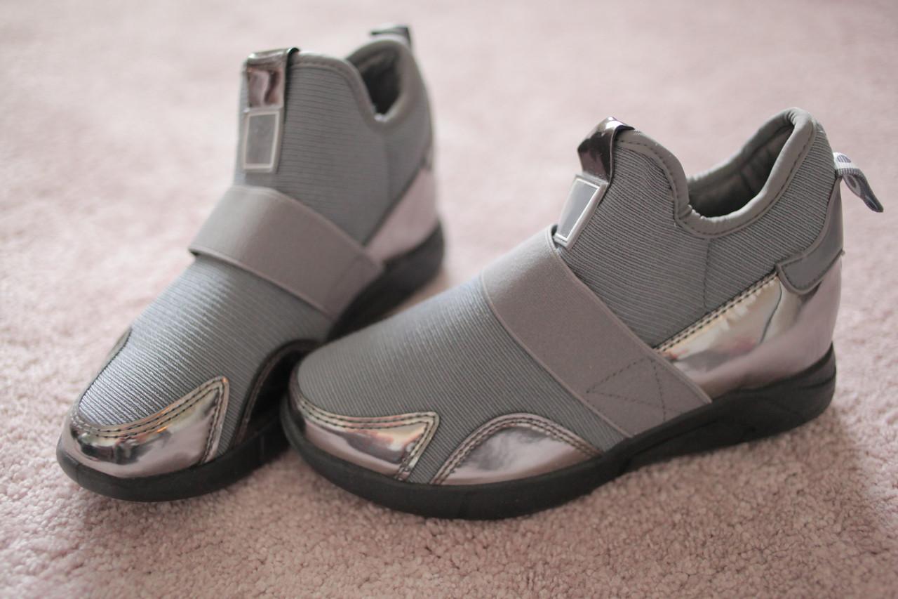 Женские кроссовки сникерсы серого цвета с резинкой и лаковыми вставками Италия 36-40