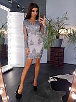 Серебристое элегантное платье футляр с отделкой из кружева