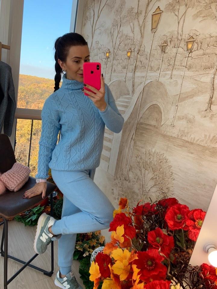 Зимний вязаный костюм голубого цвета