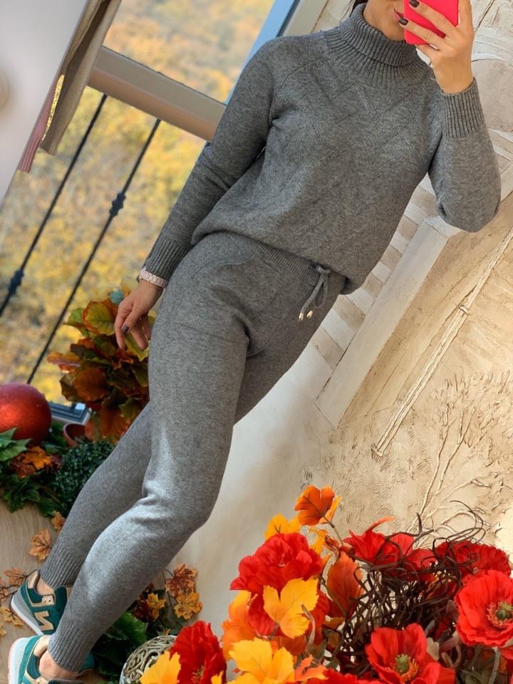Серый вязаный женский костюм