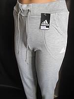Трикотажные спортивные штаны с карманами.