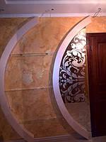 монтаж фигурного зеркала с рисунком и стеклянных полок в нишу 1