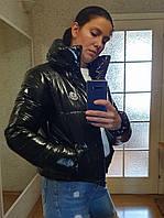 Короткая зимняя куртка из лаковой плащевки с капюшоном, черная, размеры 42 - 48