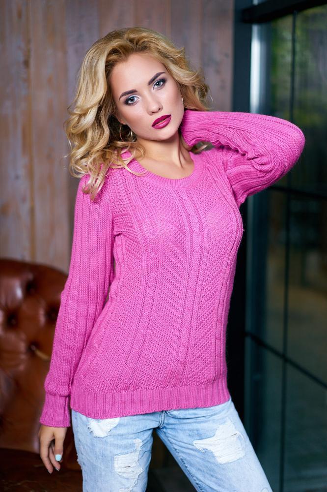 Красивый женский свитер малинового цвета