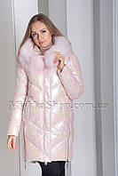 Модный пуховик с камуфляжным принтом и мехом енота ZLLY 19710 цвета розовый хамелеон