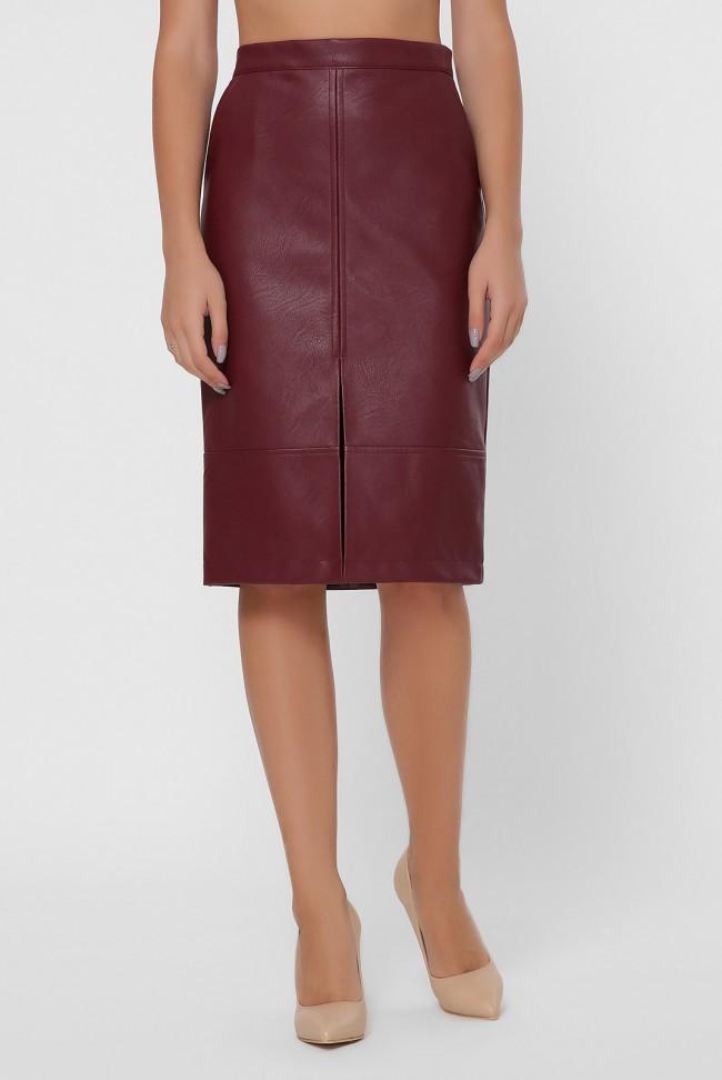 Женская бордовая юбка-карандаш из экокожи с разрезом по переднему среднему шву