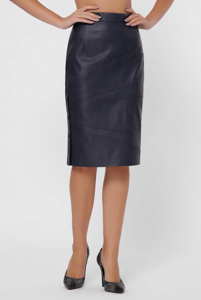 Классическая темно-синяя юбка прямого силуэта из экокожи до колен с боковым разрезом на кнопках