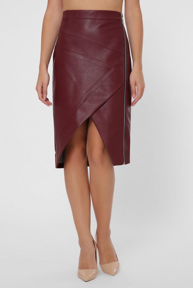 Оригинальная бордовая юбка-карандаш из экокожи с треугольным вырезом спереди и боковой молнией