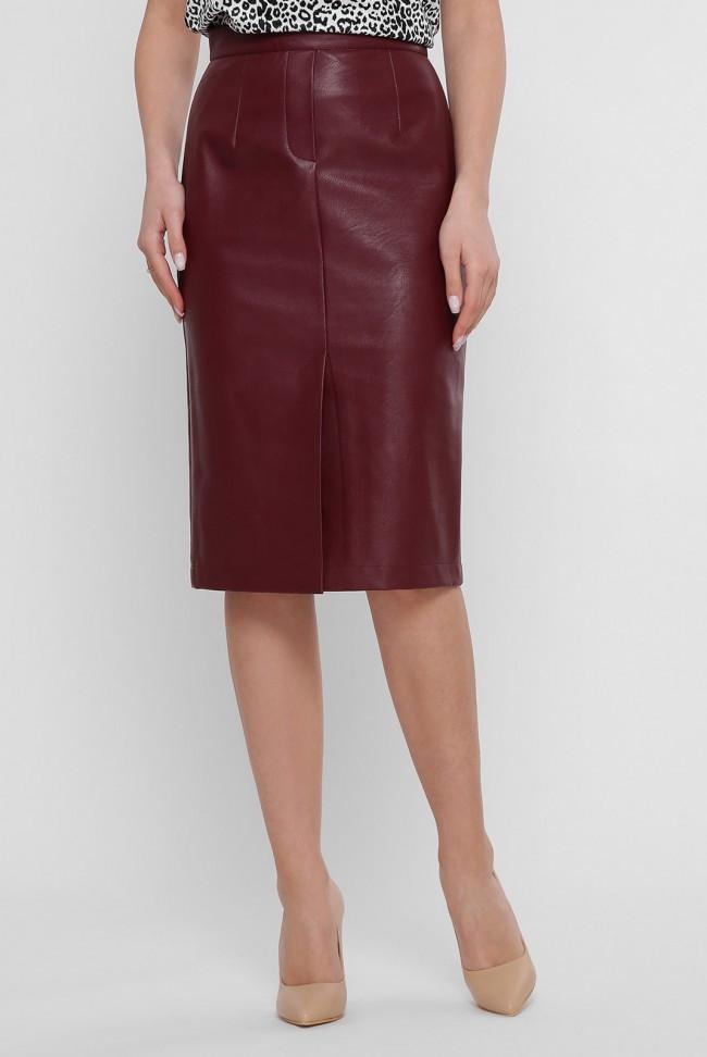 Кожаная однотонная юбка бордового цвета до колен с разрезом спереди