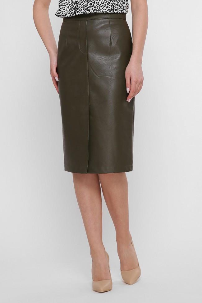 Кожаная однотонная юбка оливкового цвета до колен с разрезом спереди