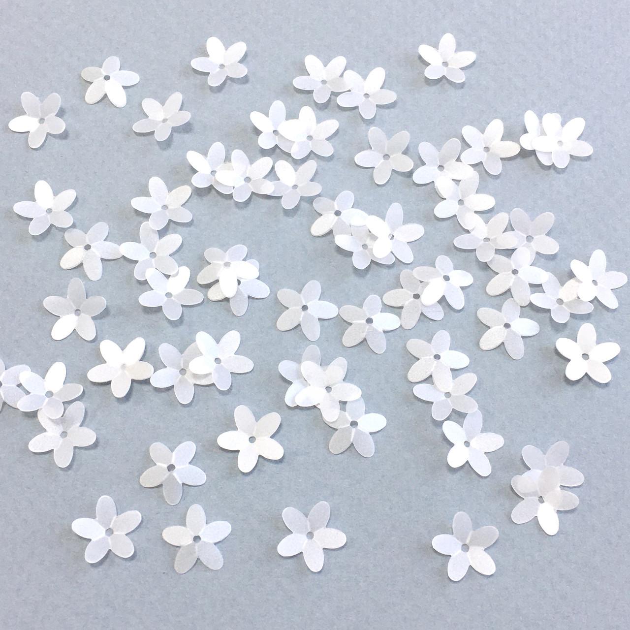 Пайетки Цветочки объемные 10 мм. Матовый белый. Упаковка 3 гр. (Около 150 шт)