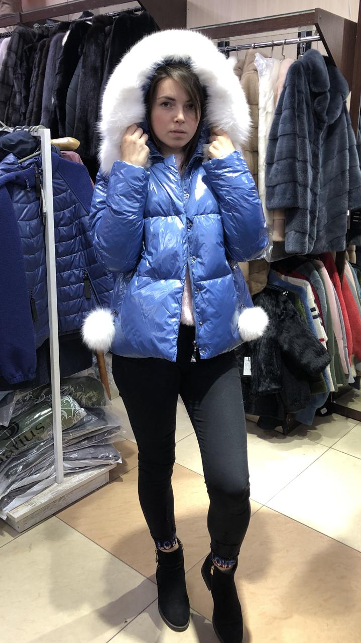 Женская стильная куртка из глянцевой плащевки с натуральным мехом песца