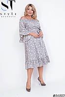 Легкое летнее платье миди с открытыми плечами с поясом на полных женщин с растительным принтом серое, р. 48-54