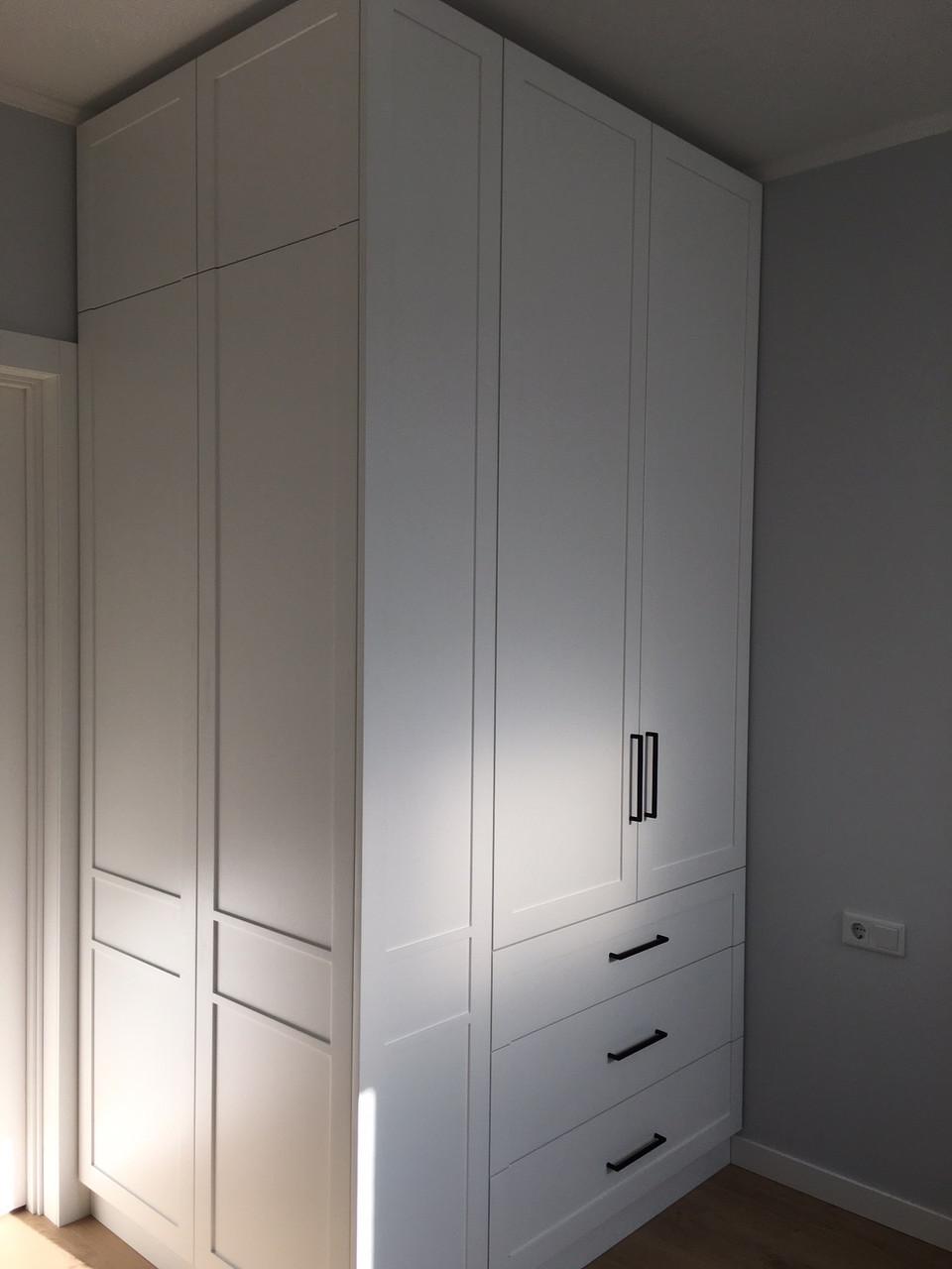 Шкаф в стиле неоклассика белый с фасадами мдф белый