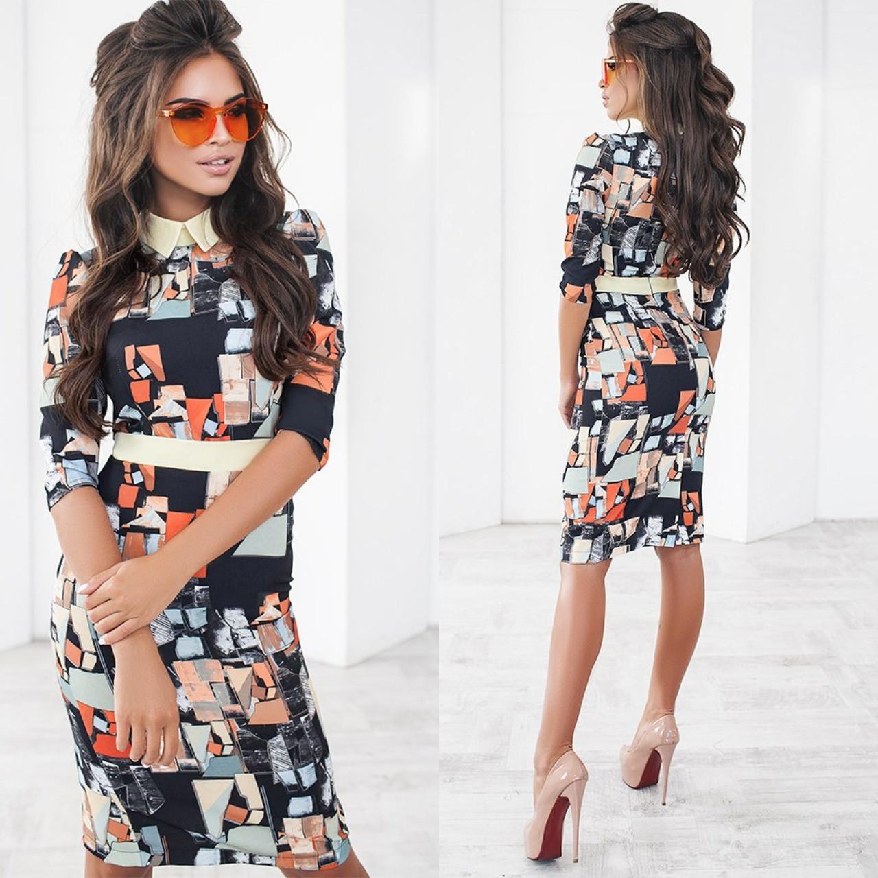 Платье до колен с ярким принтом