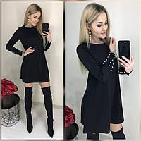 Стильное платье с жемчугом на рукавах черного цвета