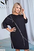 Женское платье свободного кроя большого размера, черного цвета.