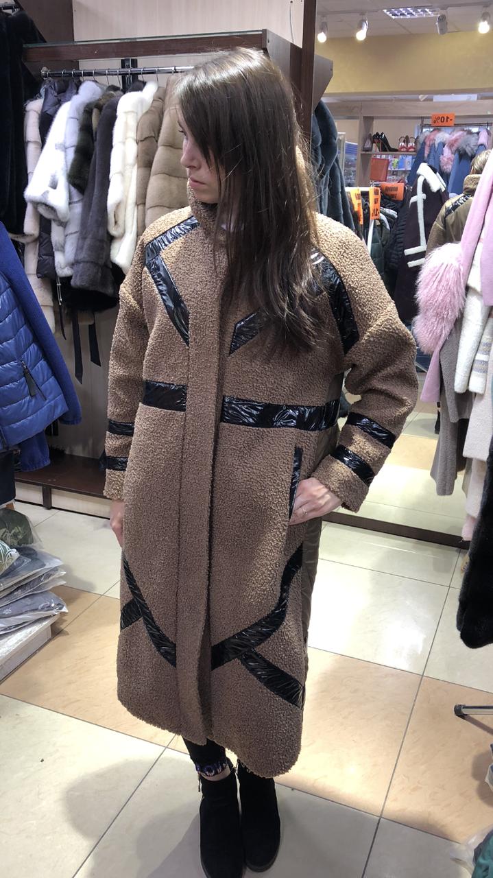 Женская бежевая куртка пальто под каракуль