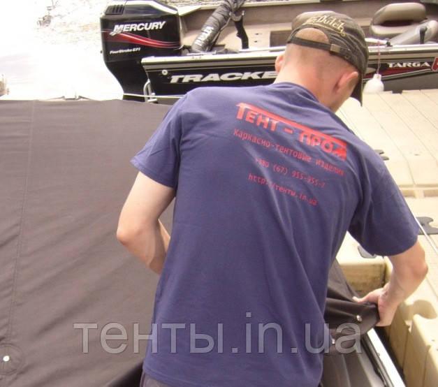 Мастер компании Тент-пром по пошиву лодочных тентов в процессе работы с тентом на лодку Тахое